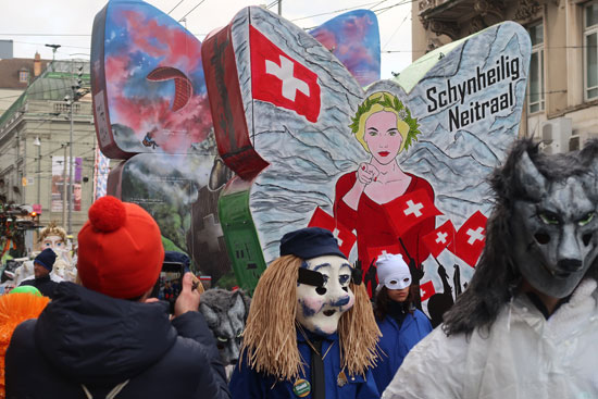 סאטירה על שווייץ הניטרלית הלוחמת למען זכויות אדם, ובמקביל מייצאת נשק / צילום: רוני ערן