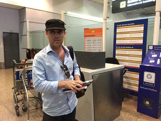 דמיאן פצ'טר בשדה התעופה בבואנוס איירס כשנמלט / צילום: REUTERSAdrian Bono