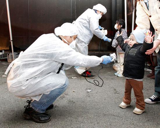 בדיקת קרינה בפוקושימה/REUTERS Kim Kyung-Hoon
