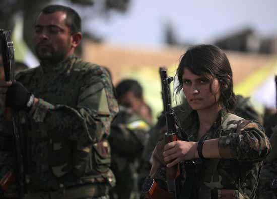 לוחמת בכוחות ה־SDF לאחר ההודעה על חיסול נוכחות דאעש בסוריה  /  רויטרס - Rodi Said, Reuters TV