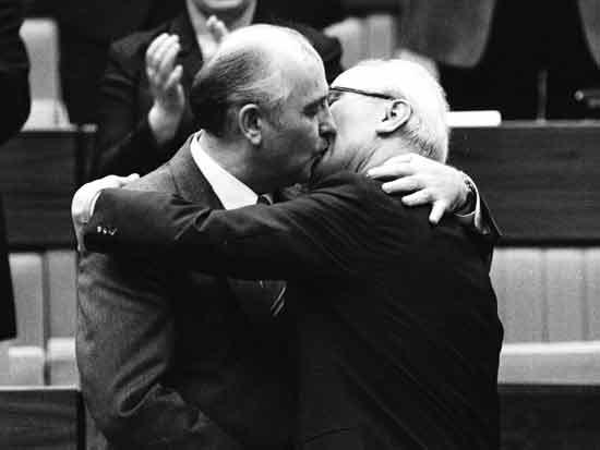 """נשיא בריה""""מ מיכאיל גורבצ'וב וקנצלר מזרח גרמניה אריך הוניקר/ צילום:  Reuters Photographer, Str Old"""