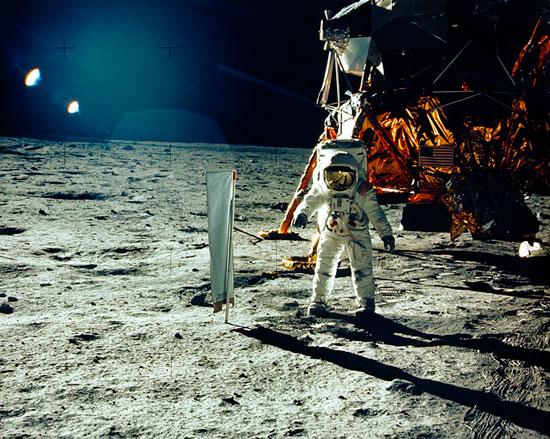 האסטרונאוט באז אולדרין צועד על הירח ביולי 1969/ צילום: רויטרס Handout