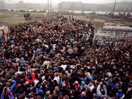 מזרח ברלינאים נוהרים למערב העיר בנובמבר 89/ צילום:  Reuters Photographer, Str Old