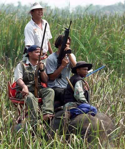 ציידים בתאילנד/  צילום: רויטרס
