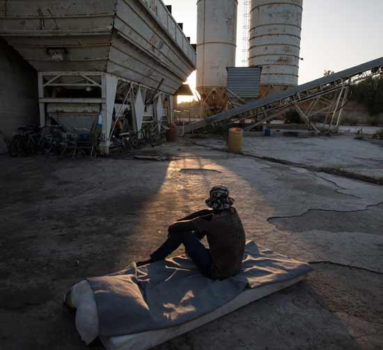 מהגר באתר חקלאי באיטליה/  צילום: Sean Smith