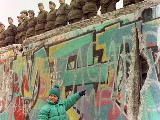 ילדה מהמערב ליד החומה/ צילום:  Reuters Photographer, Str Old