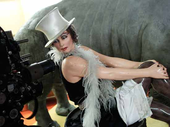 """אולפני בבלסברג. פסלה של מרלן דיטריך בהשראת סרטה """"המלאך הכחול"""" / צילום: , רויטרס -  Thomas Peter"""