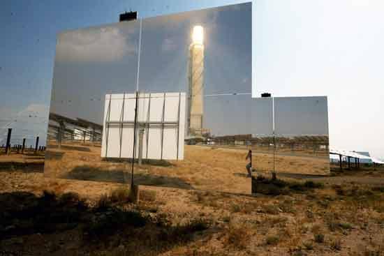 המגדל התרמו-סולארי משתקף באחת המראות בשדה אשלים/ צילום: איל יצהר