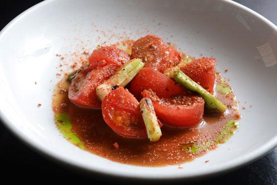 עגבניות מגי ברוטב וינגרט חומץ שחור/  צילום: איל יצהר