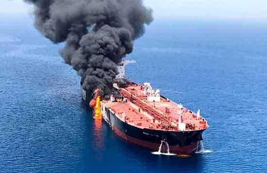 מכלית הנפט שהופצצה במפרץ עומאן./ צילום:רויטרס