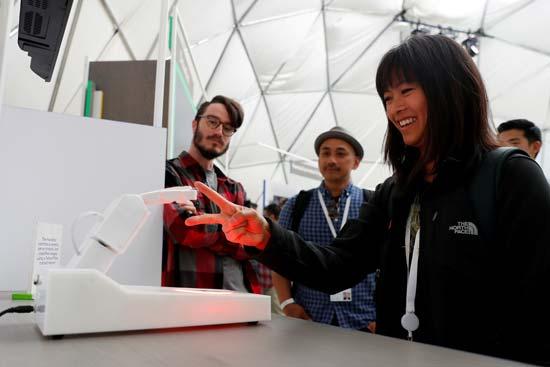 מבקרת משחקת עם רובוט בכנס המפתחים של גוגל/ צילום: רויטרס