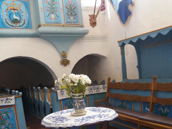 כנסייה סקלרית כחולה עם רהיטים מצוירים בדגמי פרחים אופייניים/ צילום: גילי מצא