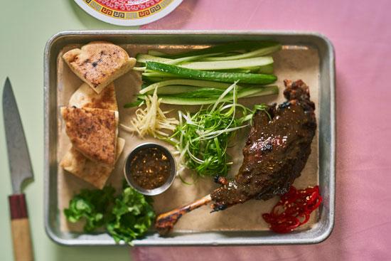 גרסה מקומית לברווז פקין, עם ירקות ורבעי פיתה /  צילום: אנטולי מיכאלו
