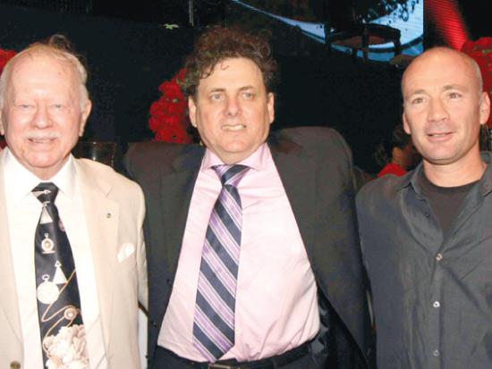 """דודי ורטהיים עם אביו מוזי ועם מנכ""""ל קשת אבי ניר / צילום: סיון פרג"""