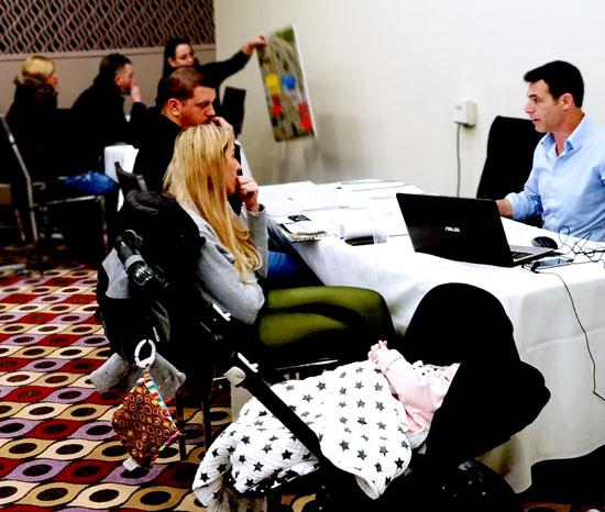 זוג מאור יהודה במשרד מכירות של פרויקט מחיר למשתכן בבש / צילום: אריאל חרמוני/ צילום:  חן גלילי
