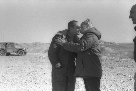 חמי פרס עם אביו שמעון / צילום: הרמן חנניה - לעמ