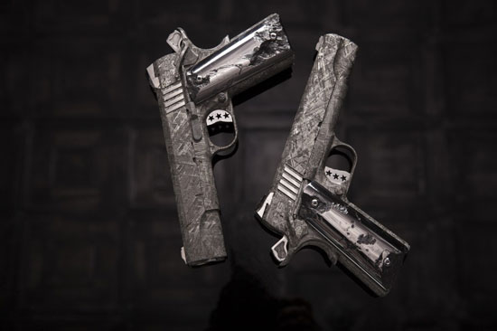 זוג אקדחים עם מטאוריט מנמיביה/ צילום: יחצ