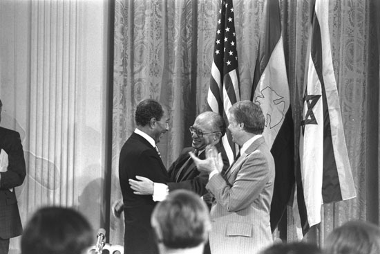 """קרטר, בגין וסאדאת בטקס חתימת הסכם השלום, 1979 / צילום: מילנר משה - לע""""מ"""