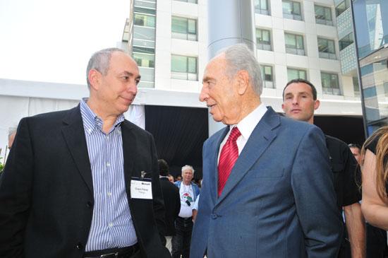 חמי פרס עם אביו שמעון / צילום: תמר מצפי
