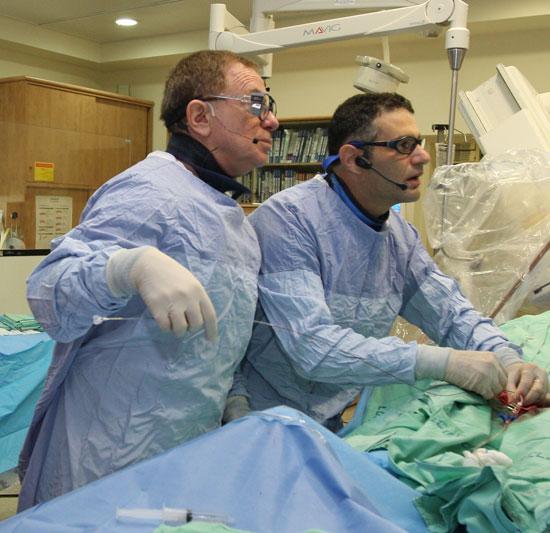 פרופ' ביאר בחדר הניתוח / צילום: פיוטר פליטר