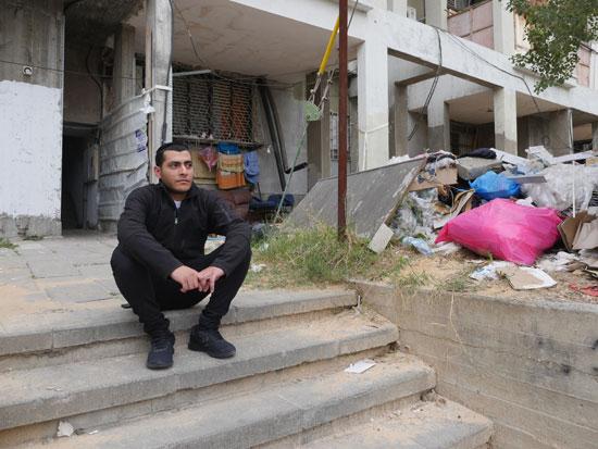 דוד חדד והבניין ברחוב הפלמח 3 באשדוד/ צילום: מתן פורטנוי