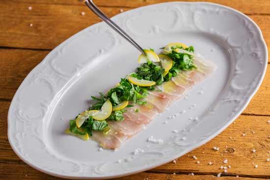 סשימי דג לבן ותמרים צהובים/ צילום: גל זהבי
