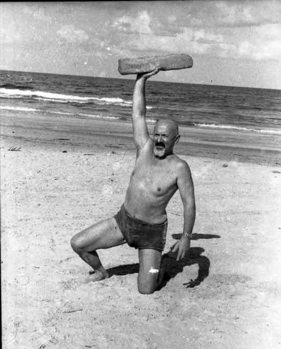 יצחק שדה על חוף הים / צילום: מרגוט מייר־שדה, באדיבות משפחת שדה ומעבדת ביתמונה