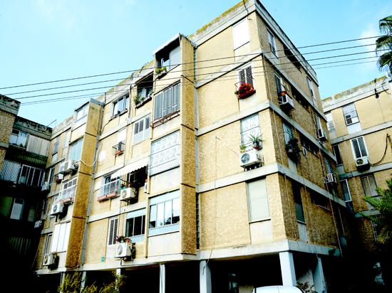 בנין שיכון רחוב קיבוץ גלויות 5, גבעתיים / צילום: איל יצהר