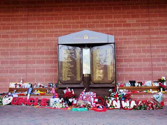 אנדרטה ל־96 האוהדים שנמחצו למוות במהומות באצטדיון הילסבורו בשפילד, 1989  / צילום: Shutterstock | א.ס.א.פ קריאייטיב