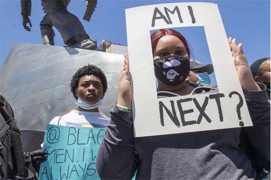 """מפגינה בניו יורק עם שלט של """"האם אני הבאה בתור?"""" ביום שבת  / צילום: Mary Altaffer, AP"""