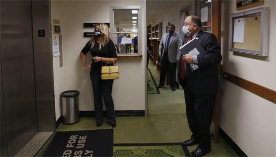 התפרצות מגפת הקורונה: אנשים ממתינים למעלית בקליפורניה  / צילום: AP