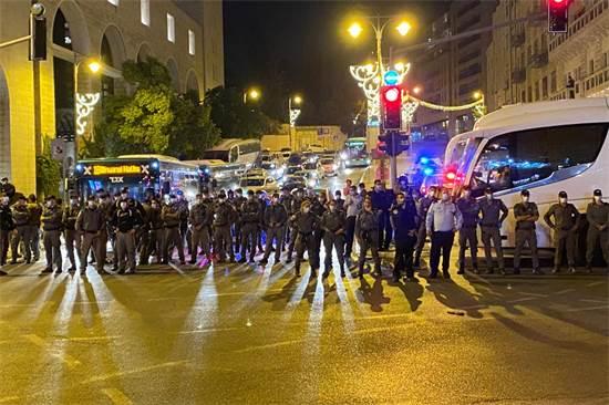 כוחות משטרה מלווים את צעדת המוחים נגד נתניהו ליד ליד קניון ממילא / צילום: גלובס