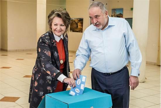 אלה ואביגדור ליברמן מצביעים בנוקדים / צילום: ישראל ביתנו