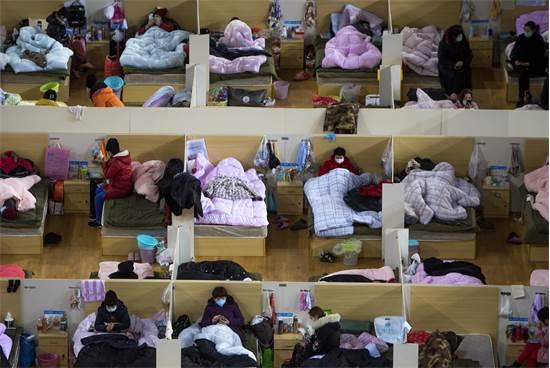 סינים שנדבקו בנגיף הקורונה מתכוננים לשינה ביום שני בבית חולים זמני בעיר ווהאן בסין / צילום: Xiao Yijiu/Xinhua, AP