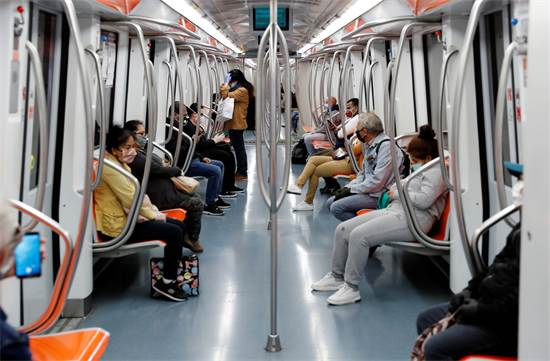 נוסעים ברכבת התחתית ברומא, איטליה. הנוסעים נדרשים לעטות מסכות ולשמור על מרחק זה מזה / צילום: Remo Casilli, רויטרס