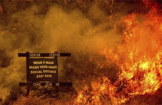שרפה במרכז לדיור מוגן לקשישים בקליפרוניה. שלט הכניסה למקום מזהיר מנגיף הקורונה / צילום: Noah Berger, AP