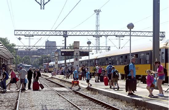 תיירים מצ'כיה מגיעים ברכבת לנפוש בעיר נמל רייקה, בקוראטיה / צילום: AP Photo, AP