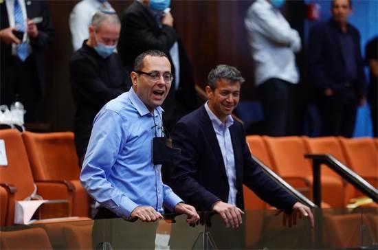 יועז הנדל וצבי האוזר במליאת הכנסת / צילום: עדינה ולמן, דוברות הכנסת