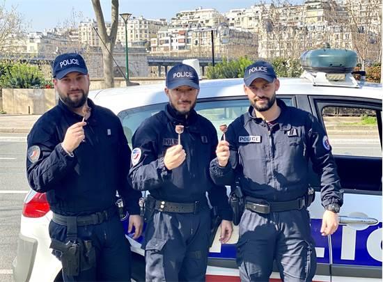 שוטרים שבאו לאכוף סגר וקיבלו משרון וגלי שוקולד / צילום: שרון היינריך הדרי