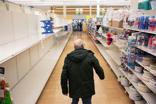 קונה בסופרמרקט ברוד איילנד שנפתח למספר שעות אך ורק לקשישים / צילום: David Goldman
