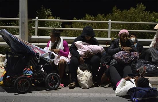 פליטים שבחרו מהמחנה אחרי שהוא עלה באש / צילום: Panagiotis Balaskas, AP
