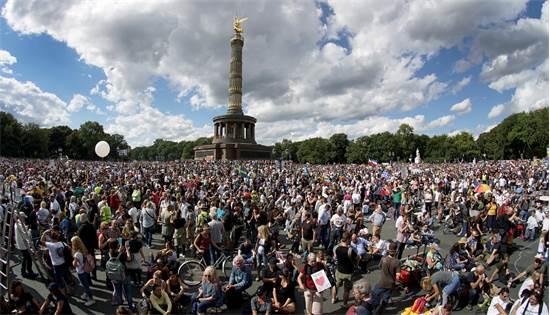 מפגינים נגד הגבלות הקורונה ליד עמוד הניצחון בברלין / צילום: Michael Sohn, AP