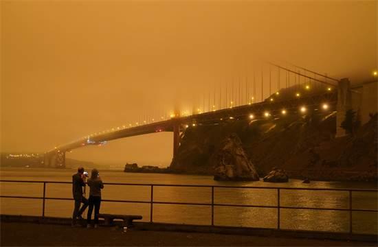 גשר שער הזהב בסן פרנסיסקו מוסתר על ידי עשן השרפות / צילום: Eric Risberg, AP