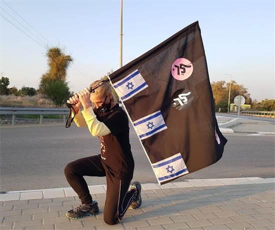 מפגינה מוחה על סילוק הפסל מבלפור / צילום: מחאת הדגלים השחורים