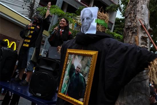 מפגינים דמוקרטיים בתאילנד לבושים כמו דמויות מעולמו של הארי פוטר / צילום: Athit Perawongmetha, רויטרס