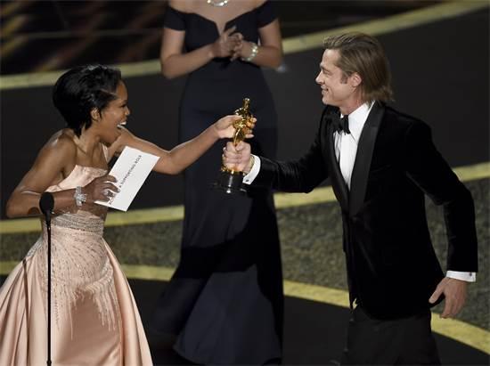 בראד פיט מקבל אוסקר לשחקן המשנה הטוב ביותר / צילום: Chris Pizzello, AP