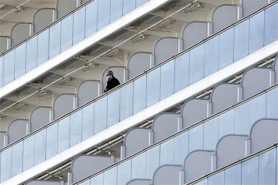 """נוסע נצור בספינת השיט """"נסיכת דיאמונד""""  / צילום: Eugene Hoshiko, AP"""