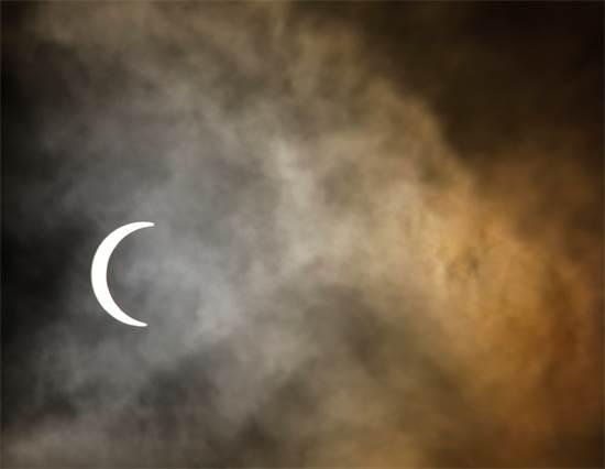ליקוי חמה חלקי בשמי קטמנדו בנאפל / צילום: Navesh Chitrakar, רויטרס