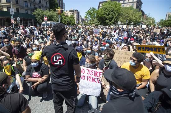 מפגינים בהארלם כורעים ברך לזכר ג'ורג' פלויד ביום שבת / צילום: Mary Altaffer, AP