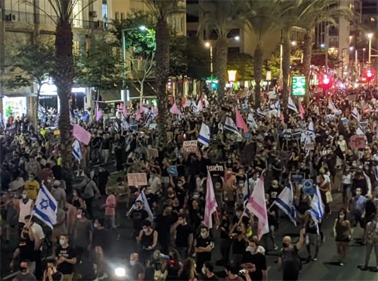 """אלפים צועדים באבן גבירול בת""""א במחאה נגד נתניהו / צילום: רון טוביה, גלובס"""